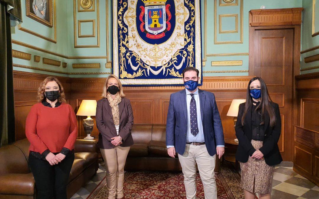 > La alcaldesa destaca el perfil humano y profesional de Sebastián Linde como finalista al premio 'Autónomo del año'