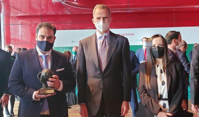 > Felipe VI entrega el Premio CEPYME a Sebastián Linde como empresario autónomo del año.